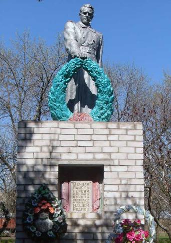 с. Новодмитровка Сахновщинского р-на. Памятник установлен на братской могиле, в которой похоронено 7 советских воинов