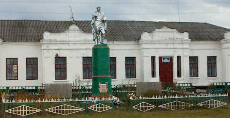 с. Октябрьское Красноградского р-на. Памятник перед зданием школы, установлен в честь погибших на войне 86 односельчан