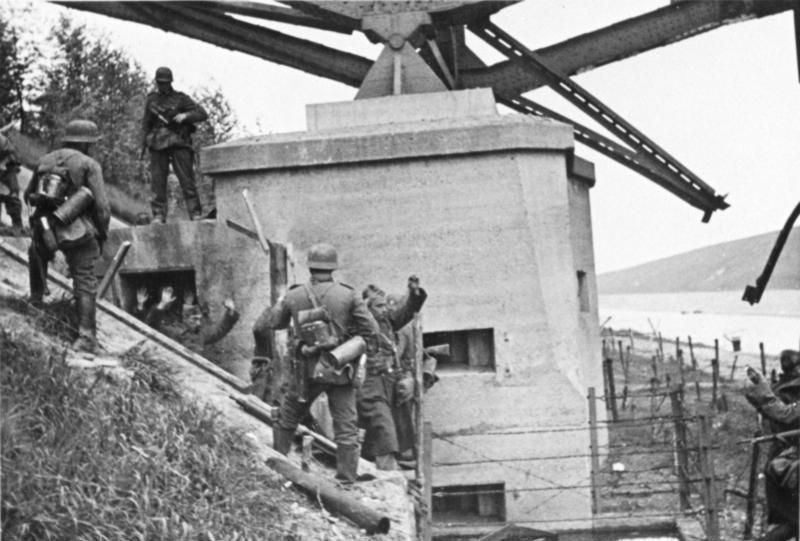 Бельгийские солдаты сдаются немецким войскам на мосту в Вельвезельте