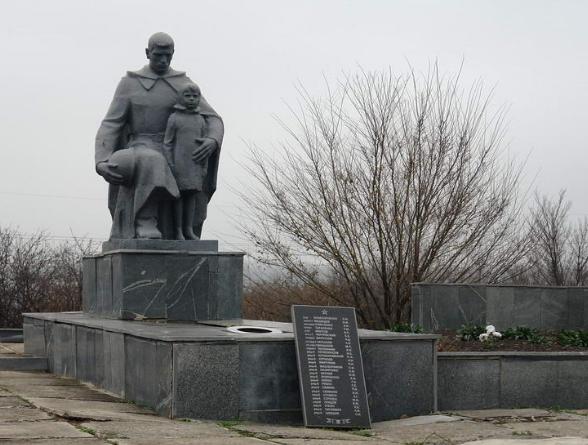 с. Михайловка Лозовского р-на. Памятник установлен на братской могиле, в которой похоронено 524 воина, погибших в боях за село