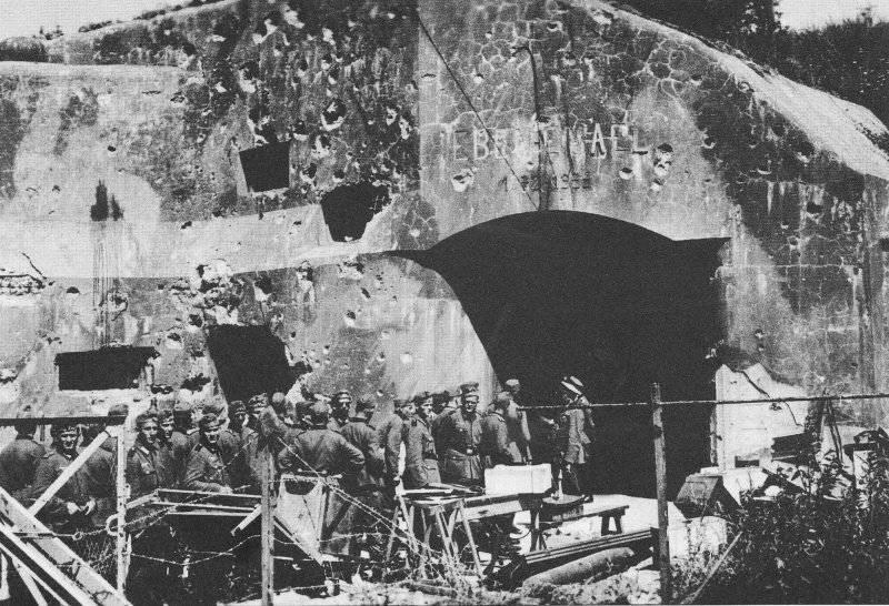 Немецкие солдаты осматривают разрушенные укрепления форта Эбен-Эмаэль