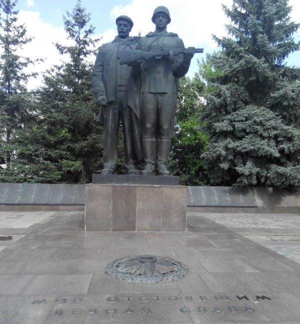 г. Изюм. Памятник рабочим приборостроительного завода, погибшим в годы войны