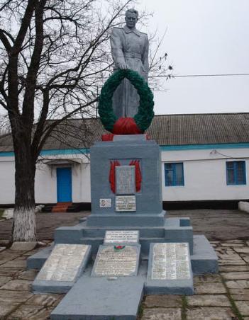 с. Надеждовка Лозовского р-на. Памятник в центре села, установлен на братской могиле, в которой похоронено 90 воинов, погибших в боях за село