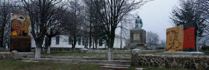 с. Новая Ивановка Лозовского р-на. Памятник установлен на братской могиле, в которой похоронено 256 советских воинов