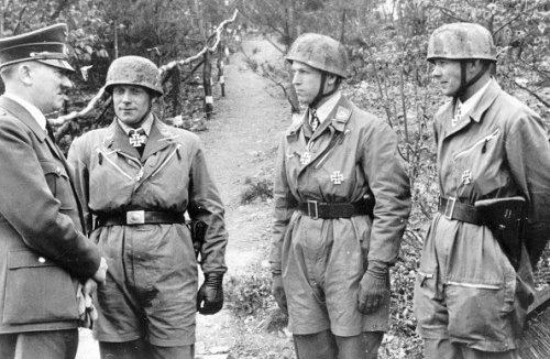Адольф Гитлер награждает офицеров-десантников