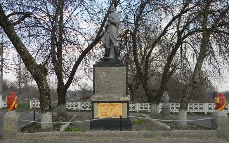 с. Красивое Первомайского р-на. Памятник в центре села, установлен на братской могиле, в которой похоронено 378 воинов, в т.ч. 374 неизвестных