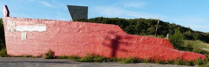 г. Изюм. Памятный знак под горой Кремянец в виде красного знамени, установлен в честь всех военных подразделений, принимавших участие в обороне и освобождении города и Изюмского района. В этих боях погибло около 600 тысяч воинов