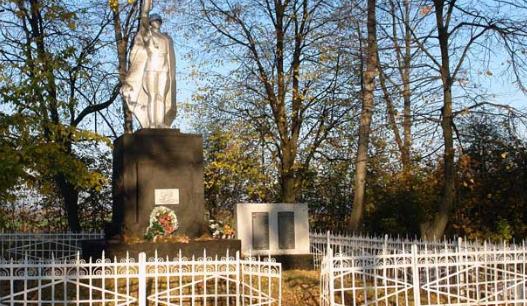 с. Першотравневое Красноградского р-на. Памятник установлен на братской могиле, в которой похоронено 7 воинов. Здесь же установлены мемориальные доски с именами погибших односельчан