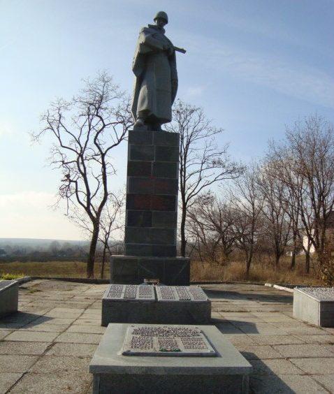 с. Николаевка Лозовского р-на. Памятник в центре села, установлен на братской могиле, в которой похоронено 600 воинов, в т.ч. 427 неизвестных, погибших в боях за село. Здесь же установлен памятный знак погибшим односельчанам