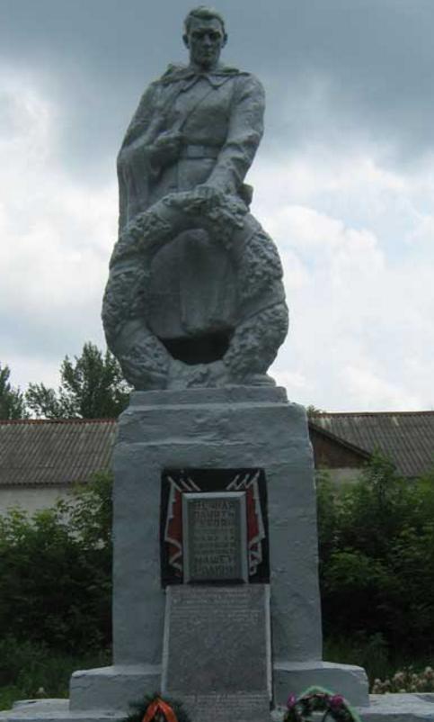 п. Крюково Первомайского р-на. Памятник в центре села, установлен на братской могиле, в которой похоронено 118 воинов, в т.ч. 112 неизвестных, погибших при освобождении села