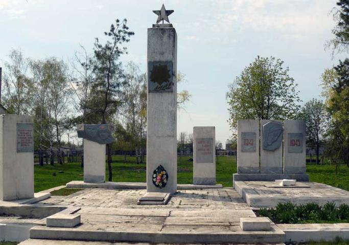 с. Тавежня Сахновщинского р-на. Мемориал установлен на братской могиле, которой похоронено 9 воинов, в т.ч. 5 неизвестных