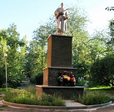 г. Изюм. Памятник в городском парке советским воинам, погибшим в годы войны