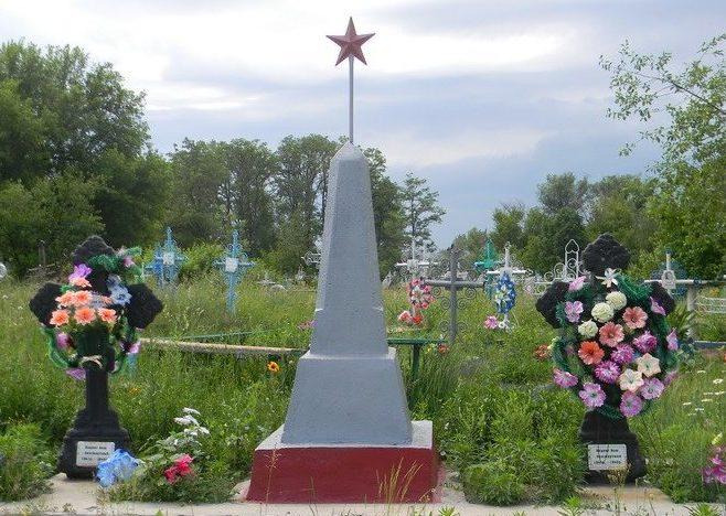 с. Поповка Красноградского р-на. Братская могила неизвестных воинов на сельском кладбище