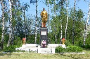 с. Мокрая Ракитная Нововодолажского р-на. Памятник установлен на братской могиле, в которой похоронено 21 воин
