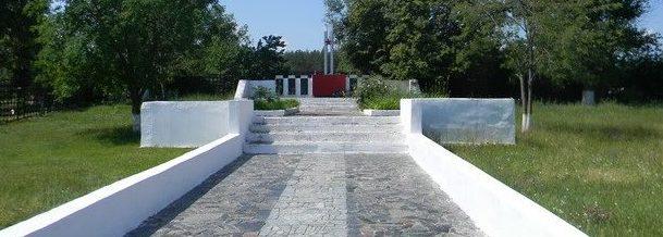 с. Поповка Красноградского р-на. Общий вид братской могилы