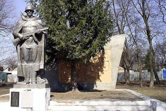 с. Муравлинка Нововодолажского р-на. Памятник установлен на братской могиле, в которой похоронено 150 воинов, в т.ч. 8 неизвестных