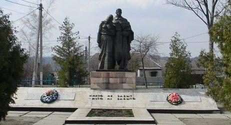 с. Михайловка Первомайского р-на. Памятник в центре села, установлен на братской могиле, в которой похоронено 729 воинов в т.ч. 350 неизвестных, погибших в боях за село