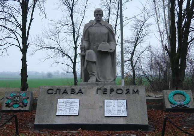 с. Петровское Лозовского р-на. Памятник установлен на братской могиле, в которой похоронено 204 воина, погибших при освобождении села