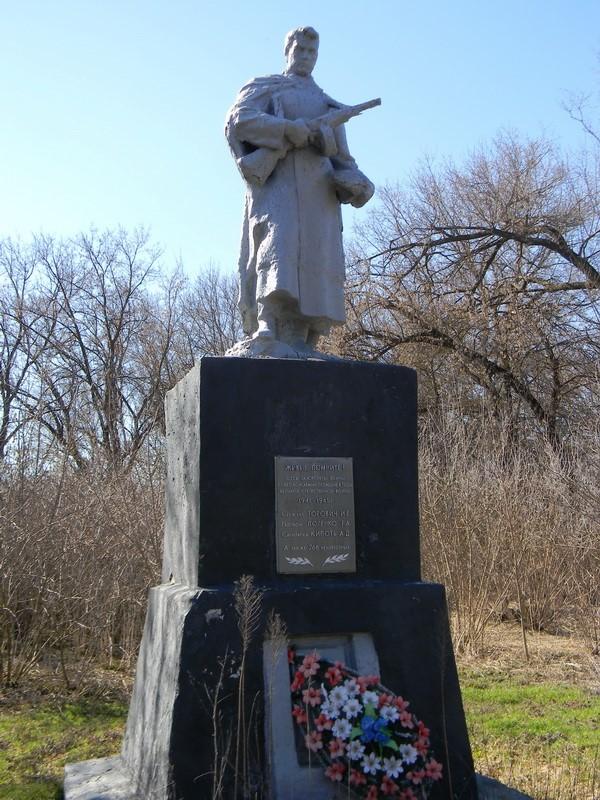 с. Новоегоровка Первомайского р-на. Памятник на окраине села, установлен на братской могиле, в которой похоронено 696 воинов, в т.ч. 226 неизвестных