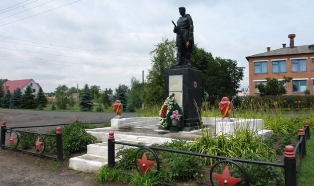 с. Вязовая Краснокутского р-на. Памятник в центре села, установлен на братской могиле, в которой похоронено 84 советских воина. Здесь же увековечены и воины-односельчане