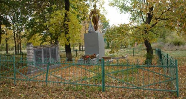 с. Добренькая Красноградского р-на. Памятник установлен на братской могиле воинов, в которой похоронено 297 воинов. Здесь же, погибшим землякам установлен памятный знак