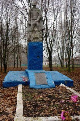 с. Полтавское Лозовского р-на. Памятник в центре села, установлен на братской могиле, в которой похоронено 24 воина, погибших при освобождении села