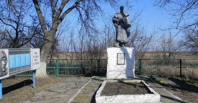 с. Червоная степь Сахновщинского р-на. Памятник установлен на братской могиле, в которой похоронено 118 воинов. Здесь же размещен и памятный знак погибшим землякам