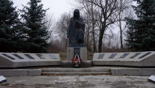 с. Садовое Лозовского р-на. Памятник установлен на братской могиле, в которой похоронено 78 воинов
