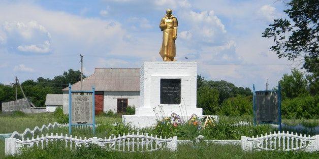 с. Сосновка Красноградского р-на. Памятник возле церкви, установлен на братской могиле, в которой похоронено 38 воинов. На памятном знаке написаны имена 100 земляков, погибших на войне