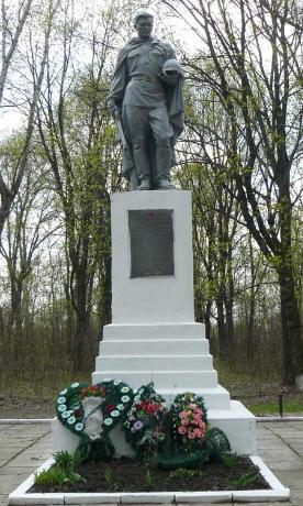 с. Шевченково Сахновщинского р-на. Памятник установлен на братской могиле, в которой похоронено 26 советских воинов
