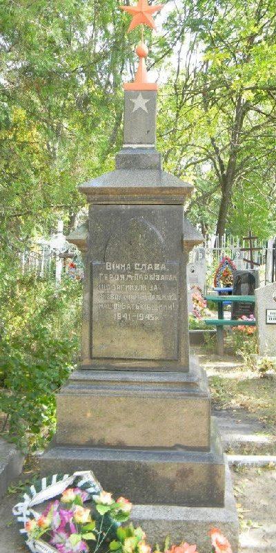 п. Новая Водолага. Обелиск на поселковом кладбище, установлен на братской могиле, в которой похоронено 12 воинов и партизан