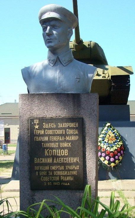 г. Первомайский. Бюст В.А. Копцову на фоне танка Т-34-85