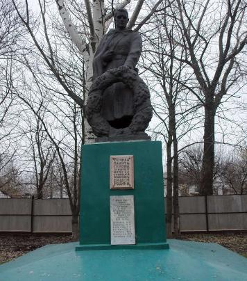 с. Светловщина Лозовского р-на. Памятник установлен на братской могиле, в которой похоронено 32 воина.