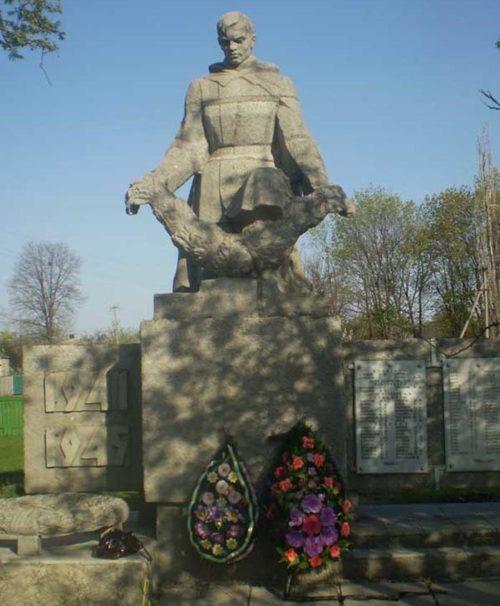 п. Комаровка Изюмского р-на. Памятник установлен на братской могиле, в которой похоронено 250 советских воинов. Здесь же установлены памятные доски с именами погибших односельчан