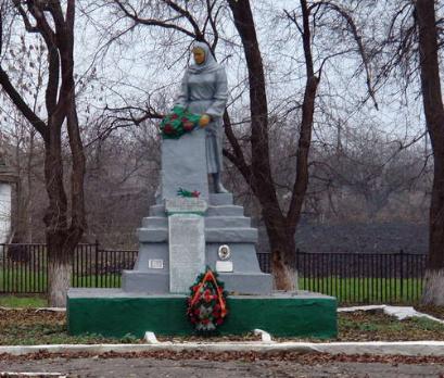 с. Смирновка Лозовского р-на. Памятник установлен на братской могиле, в которой похоронено 119 воинов, погибших в боях за село