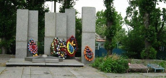 г. Первомайский. Памятник установлен на братской могиле, в которой похоронено 676 воинов, в т.ч. 226 неизвестных, погибших при освобождении города