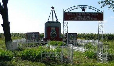 с. Шкаврово Красноградского р-на. Памятник на околице села, установлен на братской могиле, в которой похоронен 51 воин. Здесь же написаны имена и погибших земляков