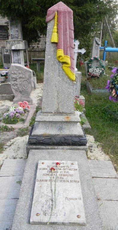 п. Новая Водолага Нововодолажского р-на. Группа братских могил мирных жителей на поселковом кладбище, казненных фашистами в годы войны