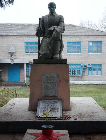 с. Царедаровка Лозовского р-на. Памятник в центре села, установлен на братской могиле воинов, погибших при освобождении села