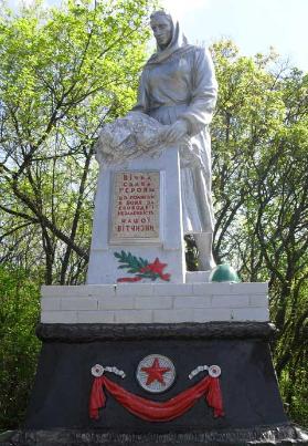п. Петрополье Изюмского р-на. Памятник установлен на братской могиле, в которой похоронено 387 советских воинов, погибших в боях за поселокп. Петрополье Изюмского р-на. Памятник установлен на братской могиле, в которой похоронено 387 советских воинов, погибших в боях за поселок