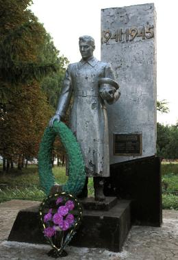 п. Краснокутск. Памятник по улице Куйбышева, установлен на братской могиле советских воинов