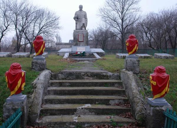 с. Шатовка Лозовского р-на. Памятник в центре села, установлен на братской могиле, в которой похоронено 6 воинов. На постаментах, около памятника увековечены имена односельчан, не вернувшихся СС войны.