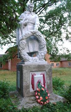 п. Краснокутск. Памятник по улице Основинцы, установлен на братской могиле советских воинов