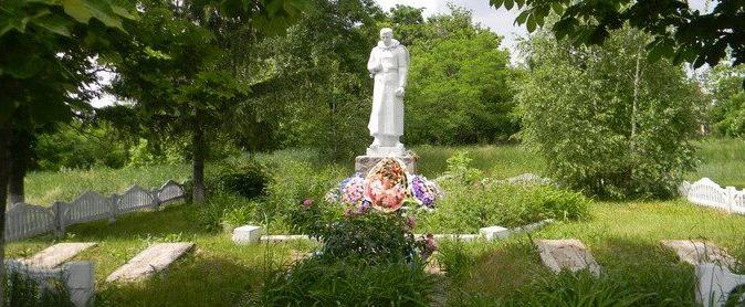 с. Кирилловка Красноградского р-на. Памятник установлен на братской могиле, в которой похоронено 16 воинов, в т.ч. 5 неизвестных. В память о погибших земляках установлены мемориальные плиты