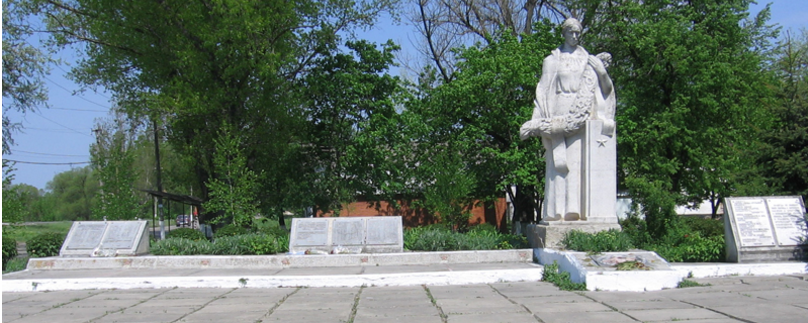 п. Коломак Коломакского р-на. Памятник по улице Победы, 125, установлен на братской могиле, в которой похоронено 233 воина. Здесь же размещены памятные доски с именами погибших земляков.