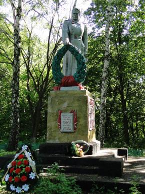 с. Одрынка Нововодолажского р-на. Памятник установлен на братской могиле, в которой похоронено 39 воинов, в т.ч. 10 неизвестных
