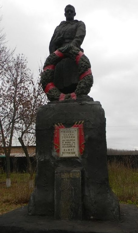 с. Мирное Краснокутского р-на. Памятник установлен на братской могиле, в которой похоронено 26 воинов