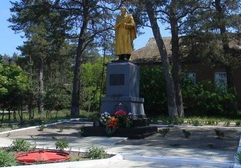 с. Ольховатка Нововодолажского р-на. Памятник установлен на братской могиле, в которой похоронено 54 воина