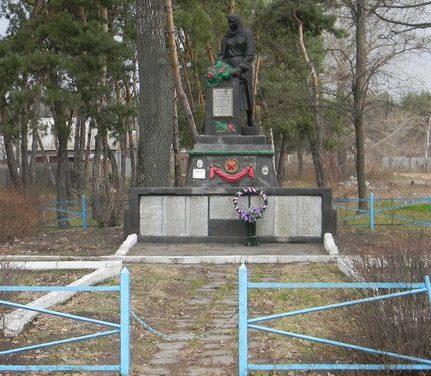 с. Мурафа Краснокутского р-на. Памятник по улице Ленина, установлен на братской могиле, в которой похоронен 221 воин, в т.ч. 35 неизвестных