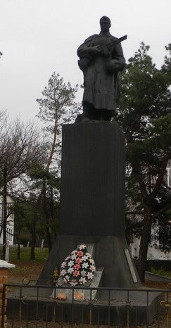 с. Мурафа Краснокутского р-на. Памятник у школы, установлен на братской могиле, в которой похоронено  55 воинов